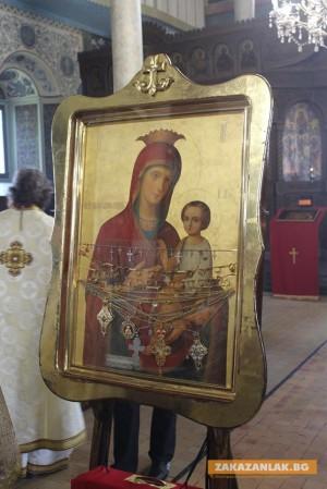 Чудотворна икона променя движението в Казанлък