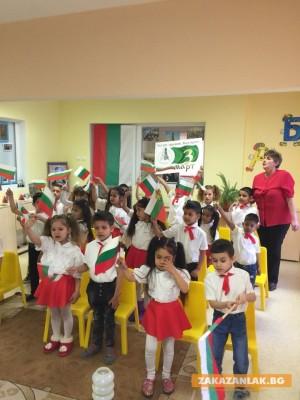 Деца развяха националното знаме за 3 март