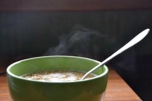 Младежи сервират безплатна супа на нуждаещи се