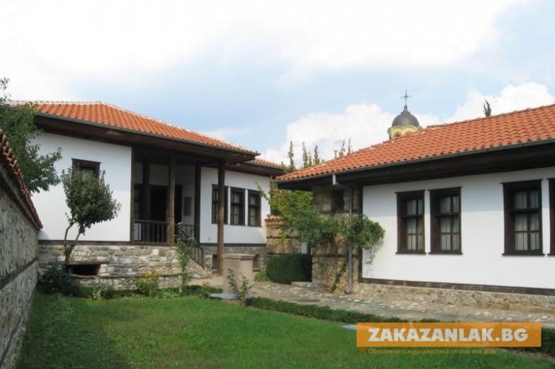 Зазимяват за посещения родните къщи на Узунов и Балкански