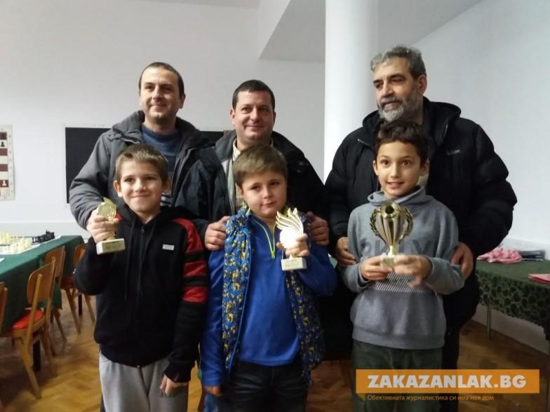 """Мъжки отбори спечелиха Коледния шахматен турнир """"Мама, татко и аз"""""""