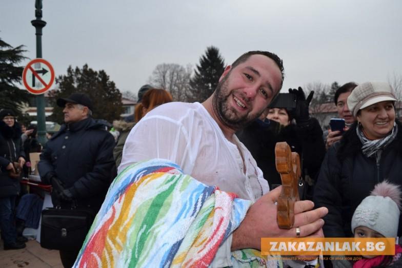 Татко на две деца улови Богоявленския кръст в Казанлък