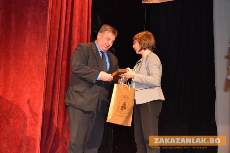 Кметът награди министър. Той- 13 граждани