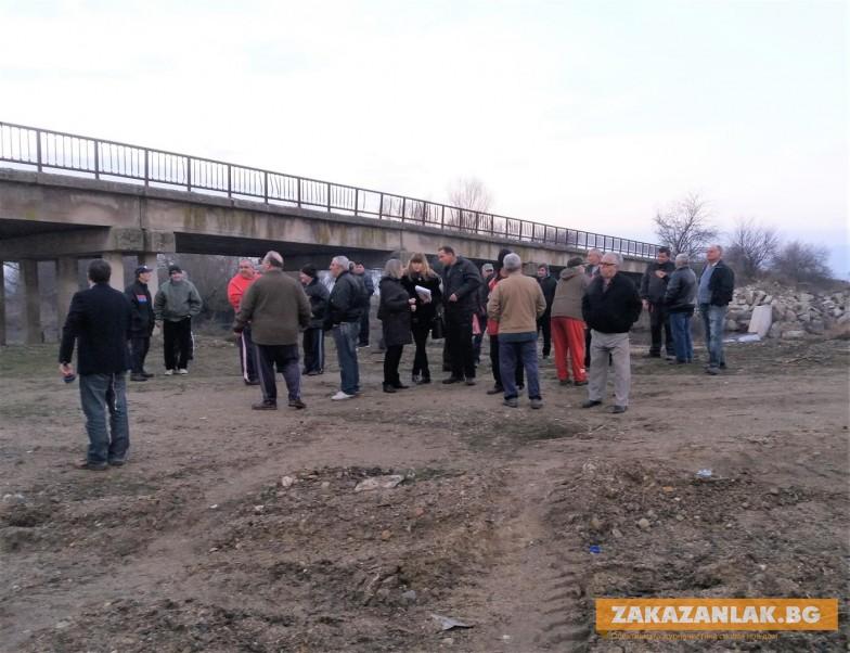 ОБНОВЕНА! Временно прекратяват дейността по реката край Розово