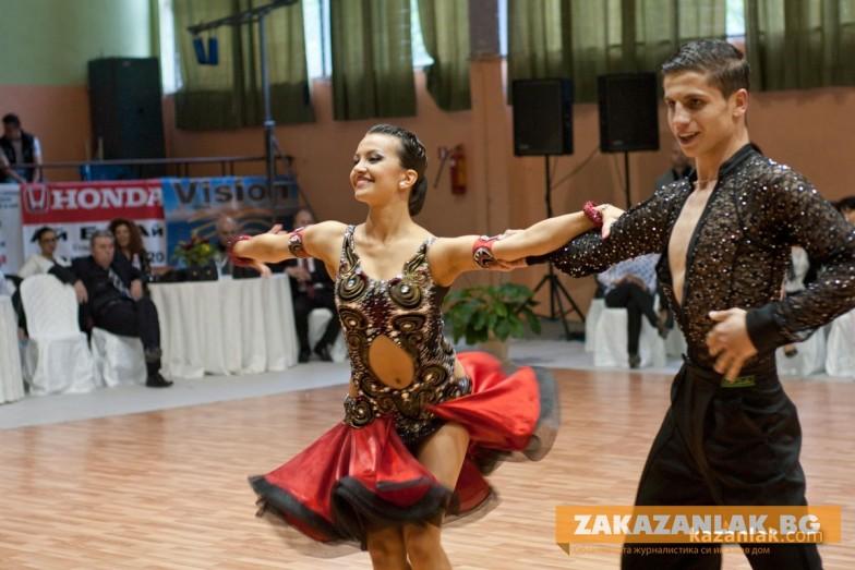 Царица Роза танцува на турнира в Казанлък