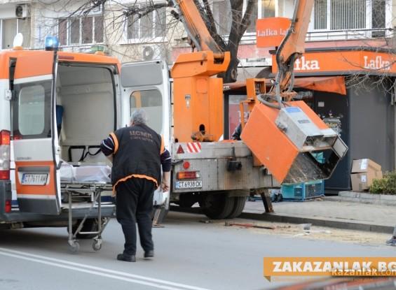 Състоянието на двамата пострадали общински работници е стабилно