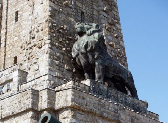 Реставрират лъва на Паметника на Шипка