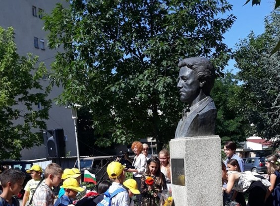 Осанката на Левски премина безукорно през десетилетията