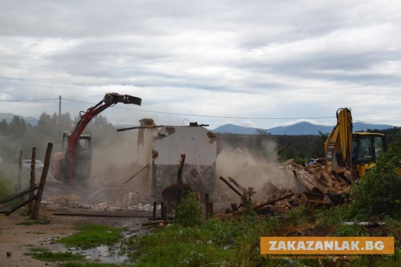 Премахват незаконни и опасни постройки край Казанлък