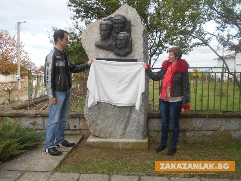 Социалисти възстановиха паметник в Розово