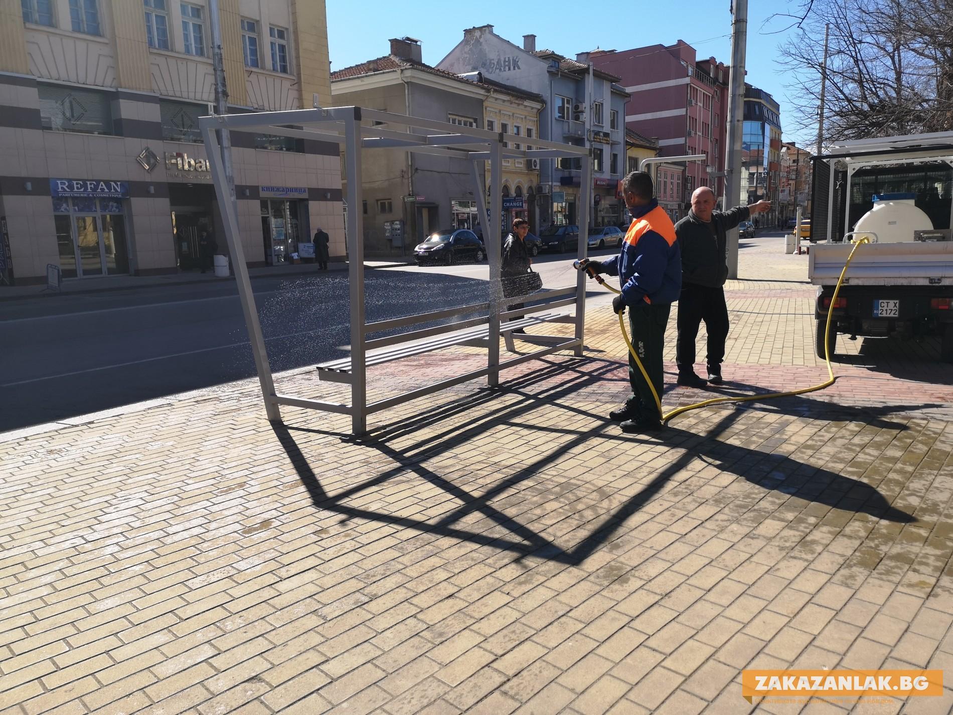 Дезинфекцират публичните места в община Казанлък