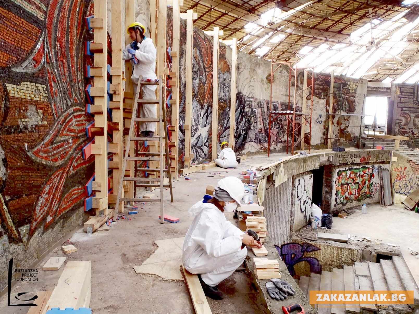 Система от дървени елементи и специални платна държат мозайките на Бузлуджа
