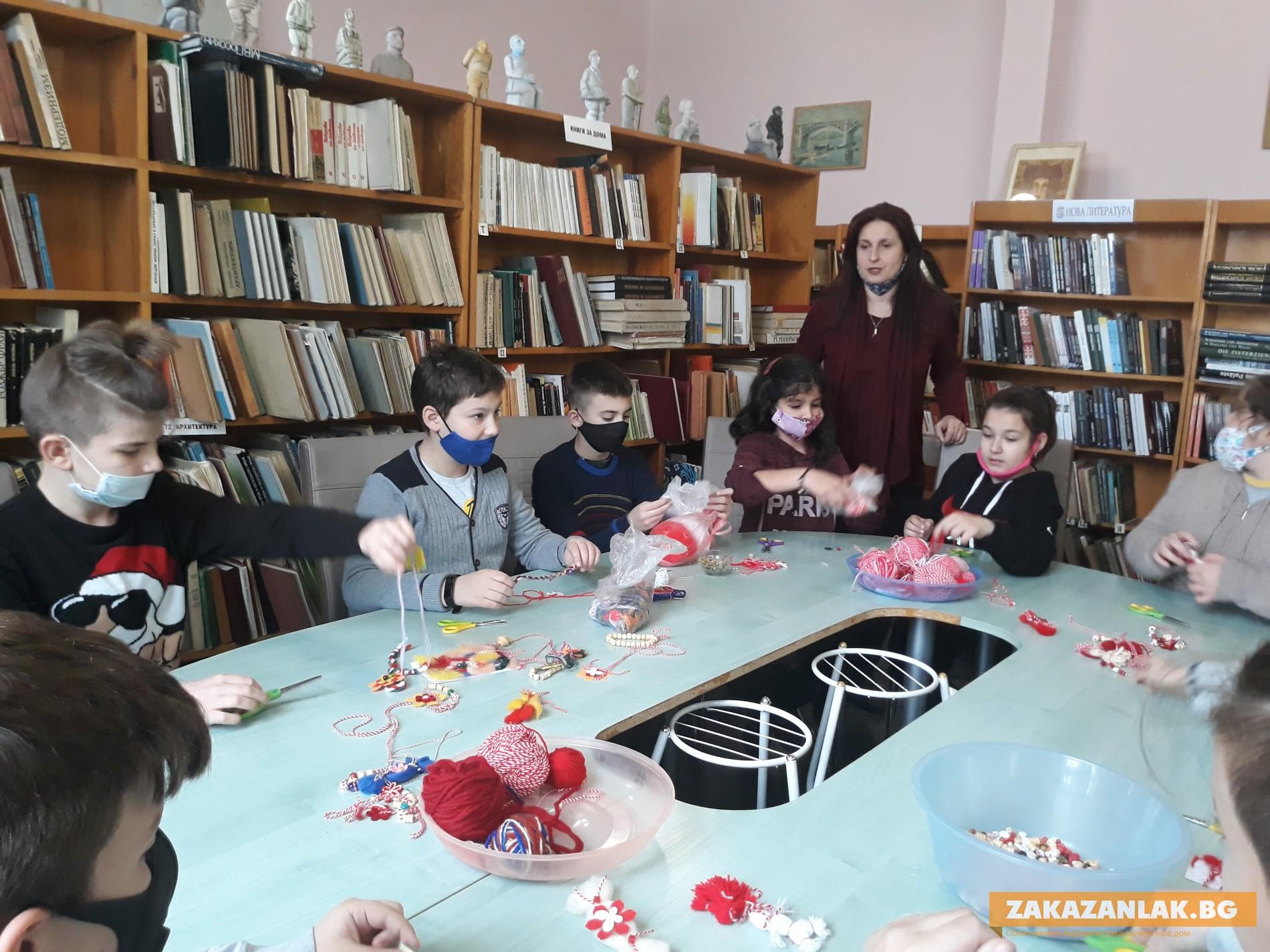 Деца изпълниха работилничката на Баба Марта в библиотеката