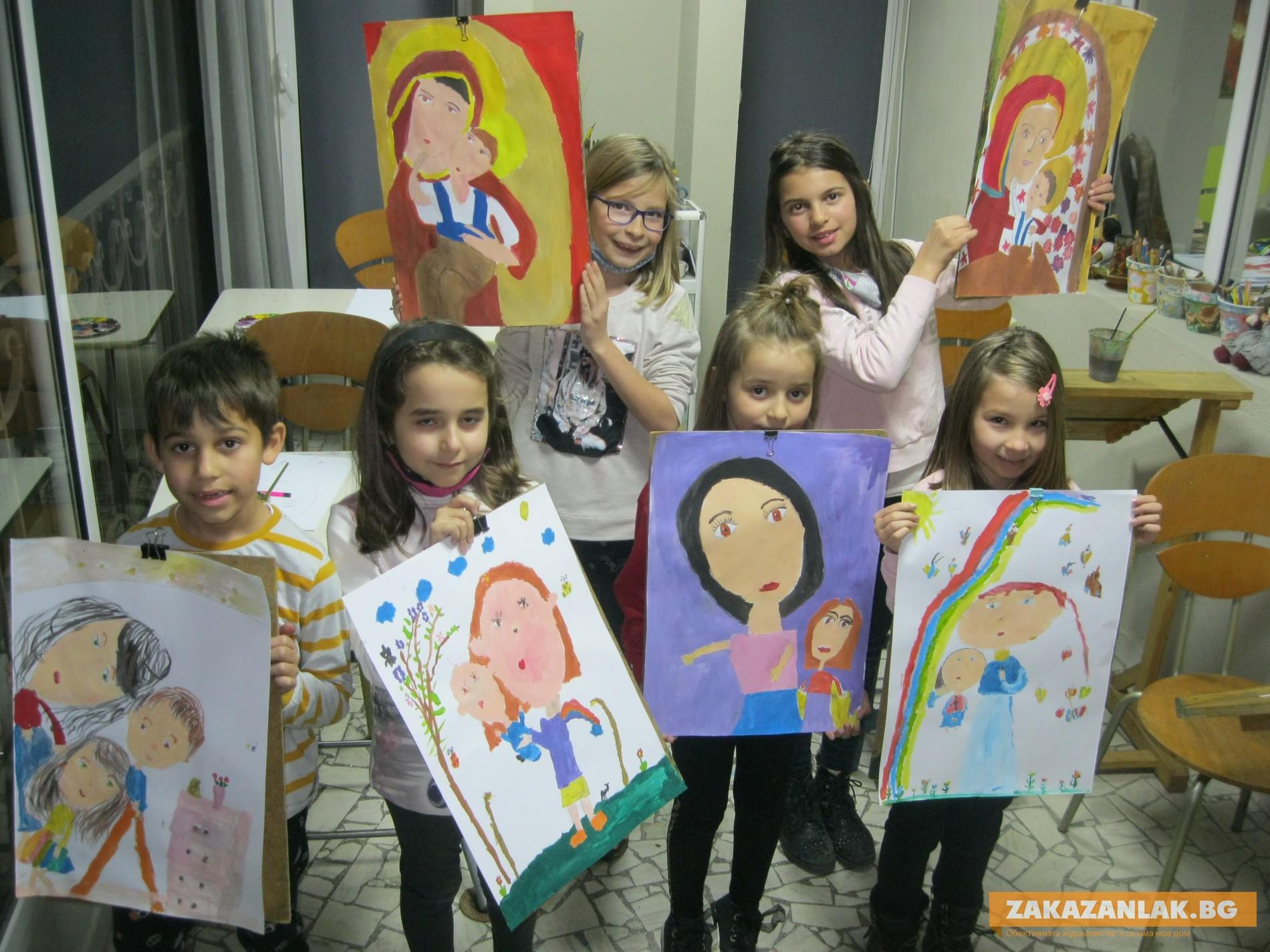 Малки художници подредиха Осмомартенска изложба